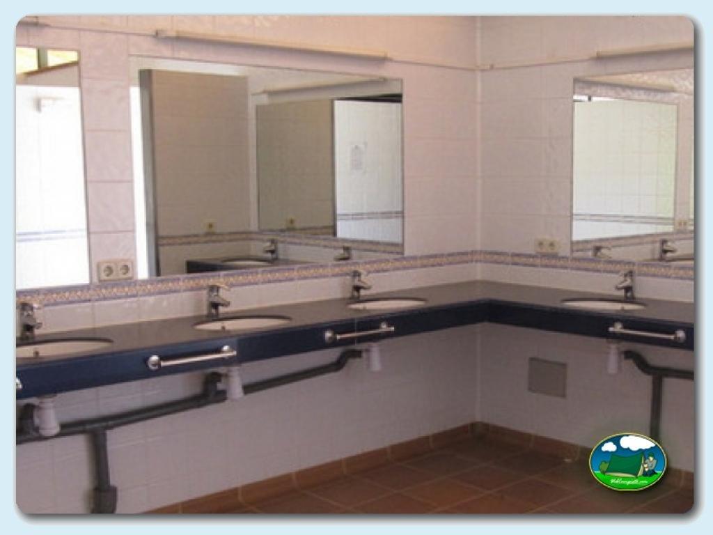 Bloque Baño Adaptado:En nuestro camping hay cuatro bloques de sanitarios, espaciosos y de